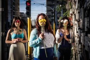 le tre giovani con fiori